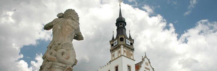 Socha Tritona s věží radnice